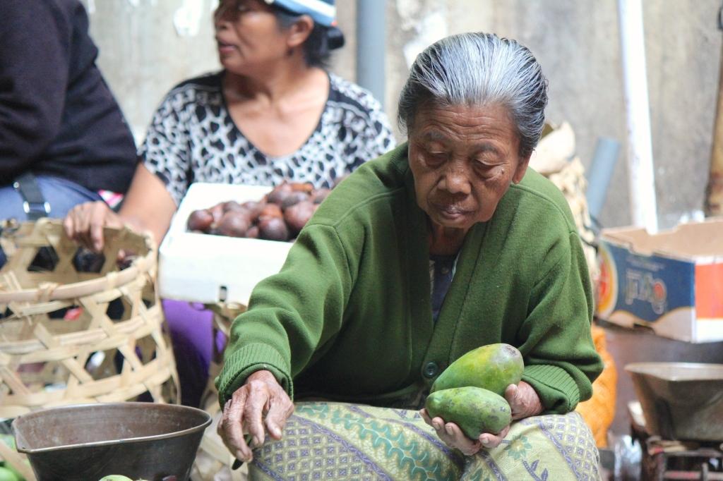 bali-mango-woman