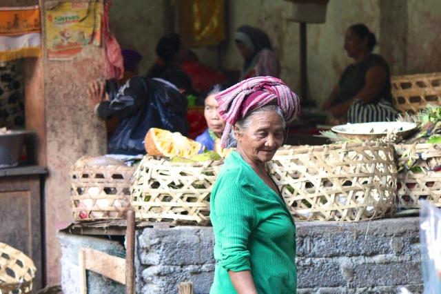 bali-woman-in-green