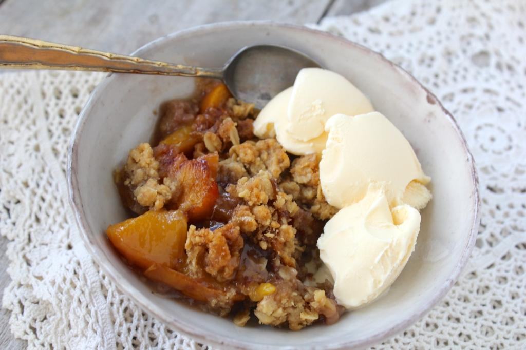 peach-crumble-spoon