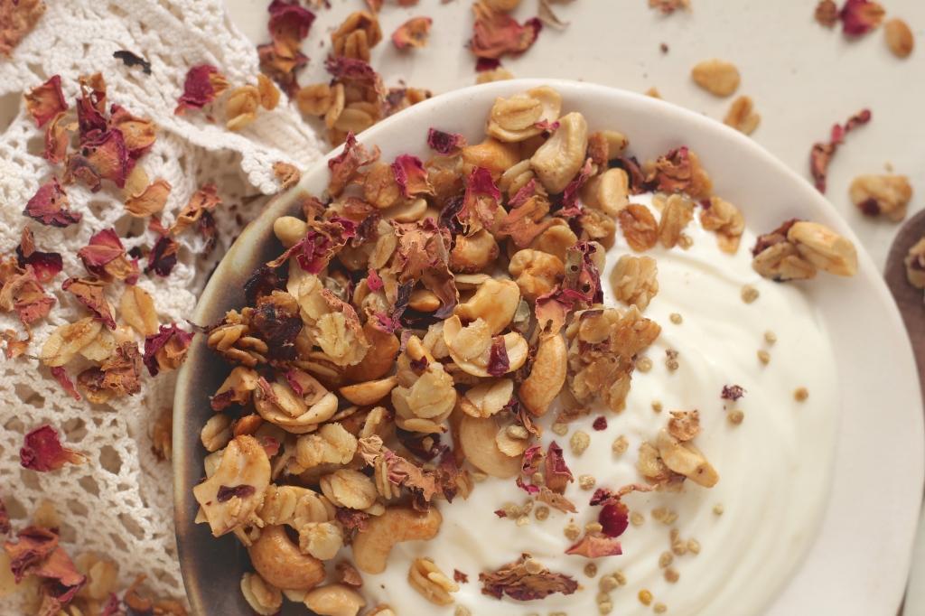 rose-cashew-granola-closeup
