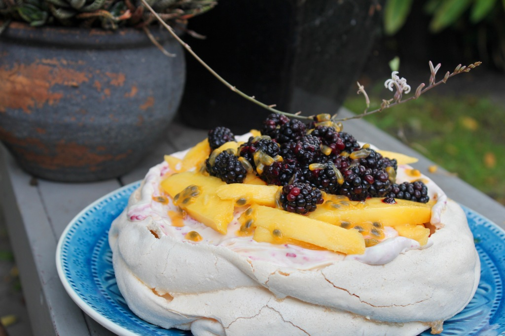 blackberry-pavlova