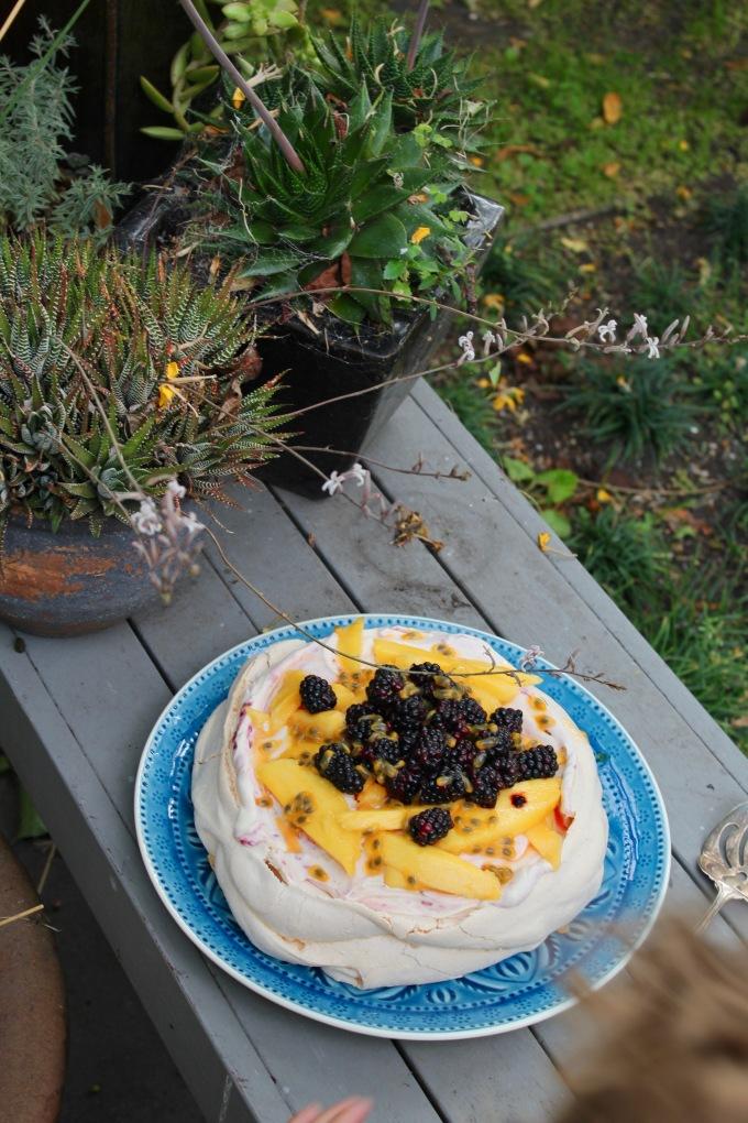 blackberry-pavlova